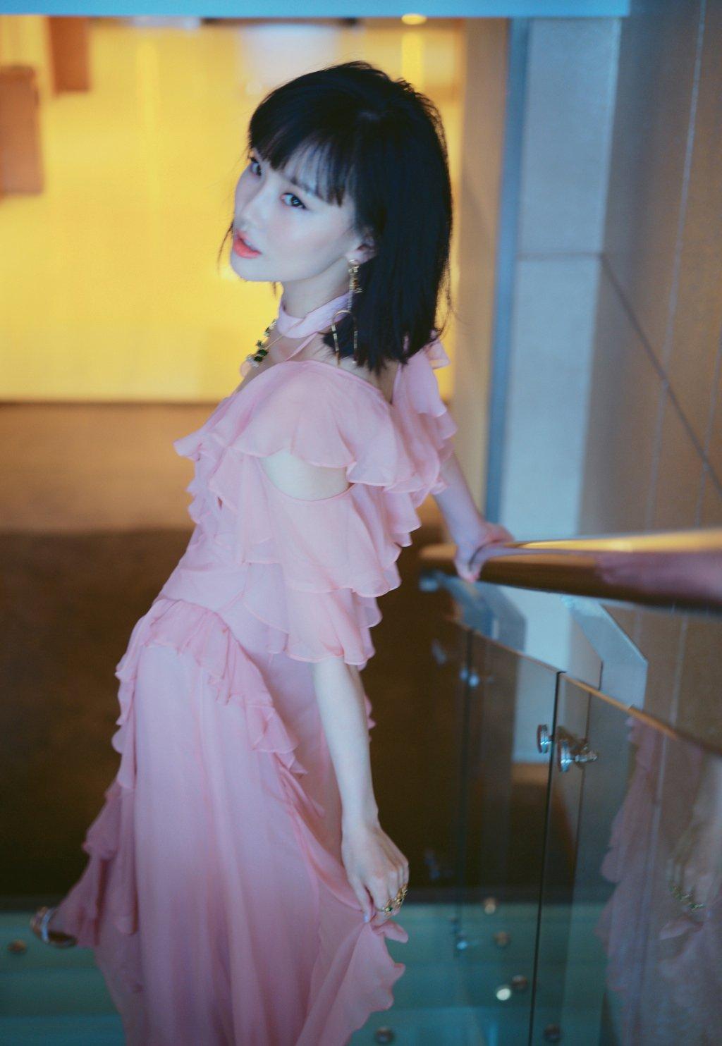 黄龄粉色礼服性感图片写真
