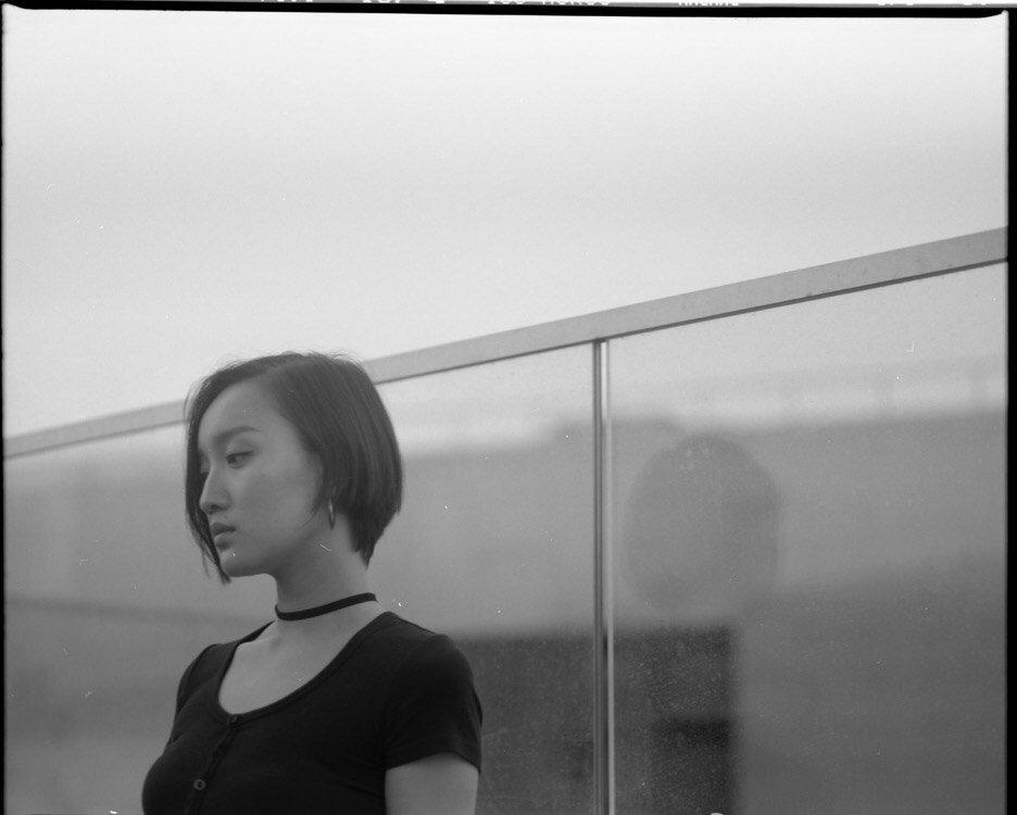黄米依黑白质感写真图片
