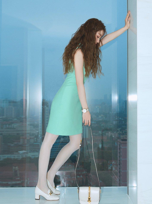 姜贞羽薄荷绿礼服性感图片写真
