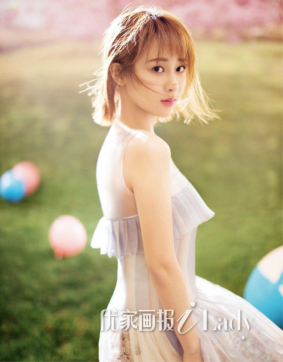 杨紫化身元气仙女气球点缀甜美十足写真
