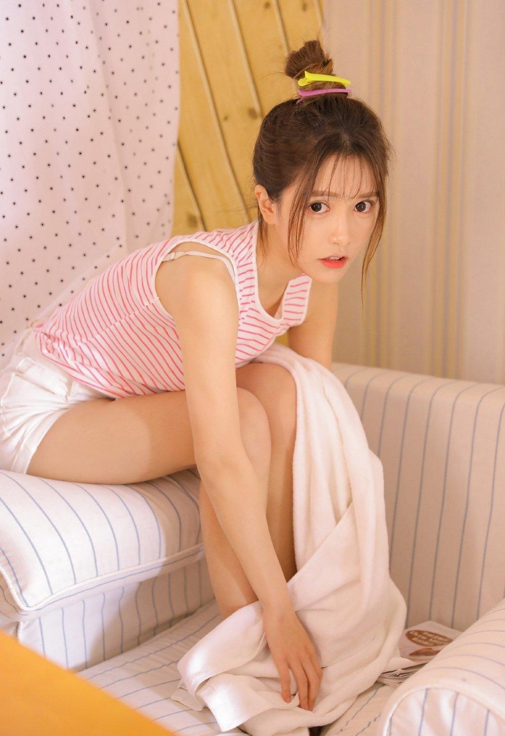 长腿美女大眼睛小嘴巴私房写真