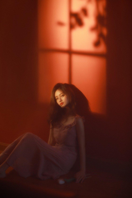 美女御姐朦胧光影精致侧颜写真