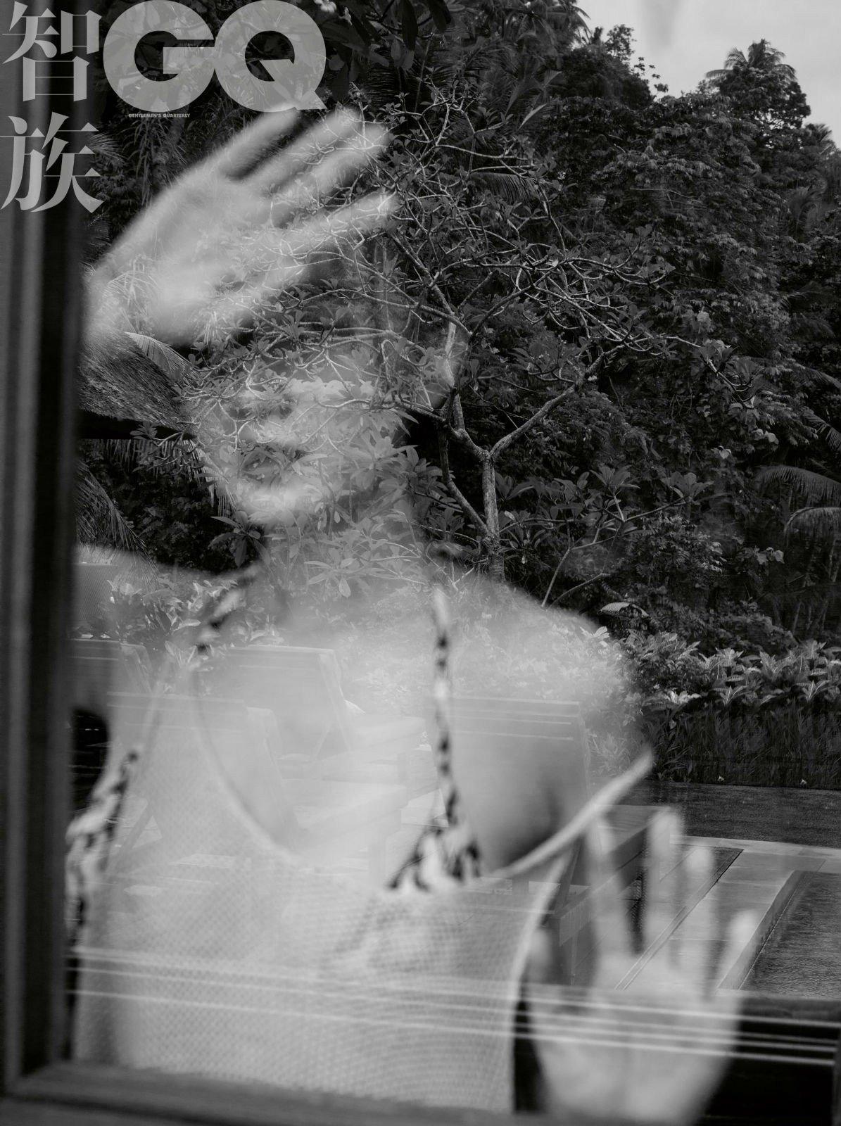 宋佳立于茂密丛林完美演绎原始诱惑写真
