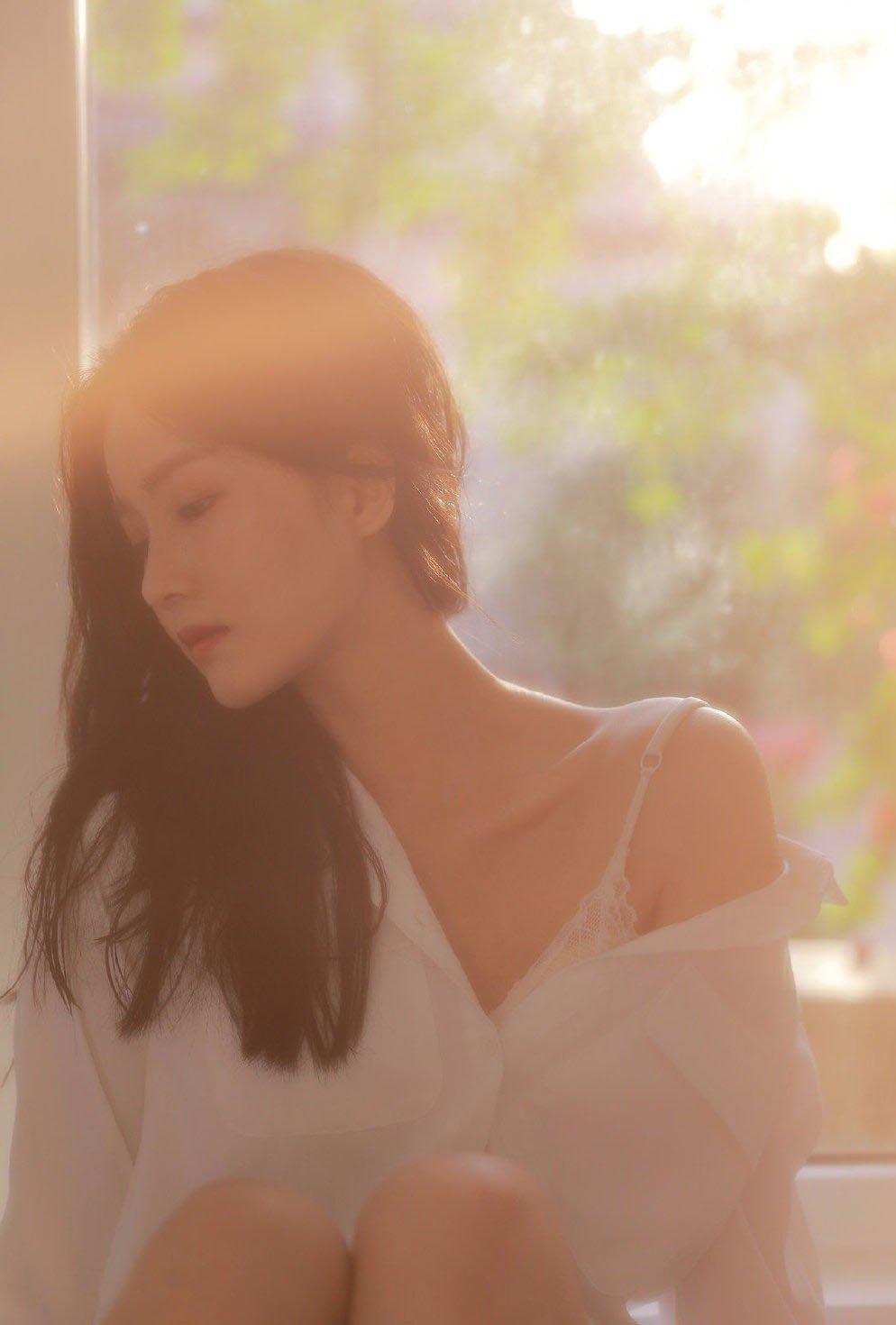 成熟美女吊带香肩性感撩人写真