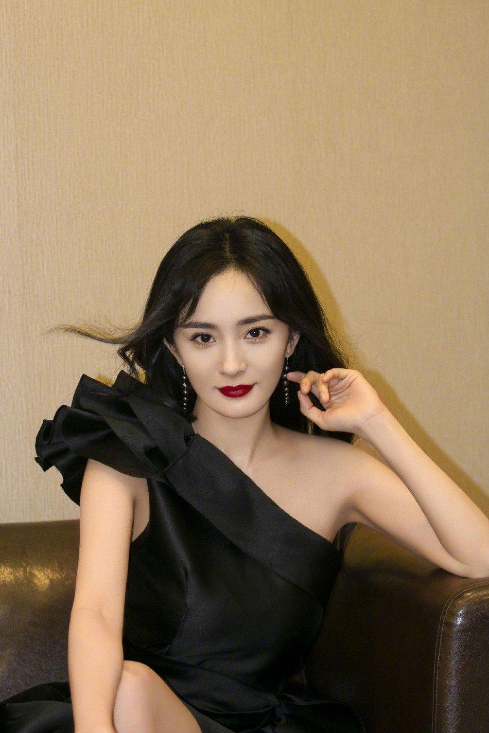 杨幂单肩连衣裙大波浪卷发性感迷人写真