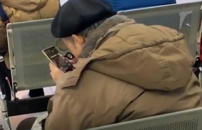 搞笑视频:这人就得活到老学到老 看大爷研究的多仔细