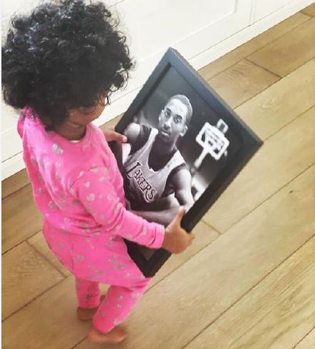科比小女儿对着照片喊爸爸上热搜,引起热议,网友纷纷表示泪目!