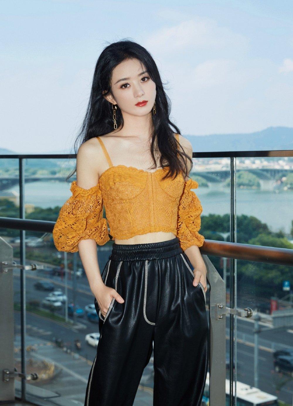 赵丽颖镂空上衣搭配黑色皮裤甜酷写真