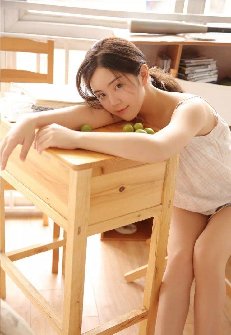 大长腿美少女吊带香肩室内写真