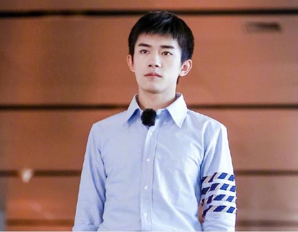 上线吧华彩少年易烊千玺担任学长出席,央视镜头的五官被爆!