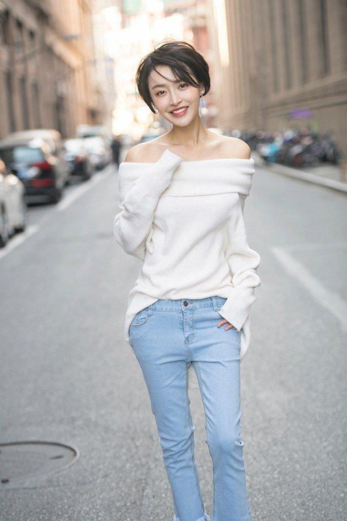 杨洋米白色毛衣大秀完美天鹅颈街拍写真