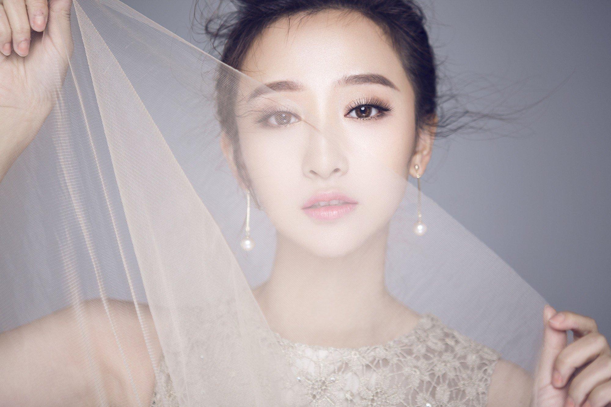王若涵米色无袖雪纺纱裙小露香肩写真