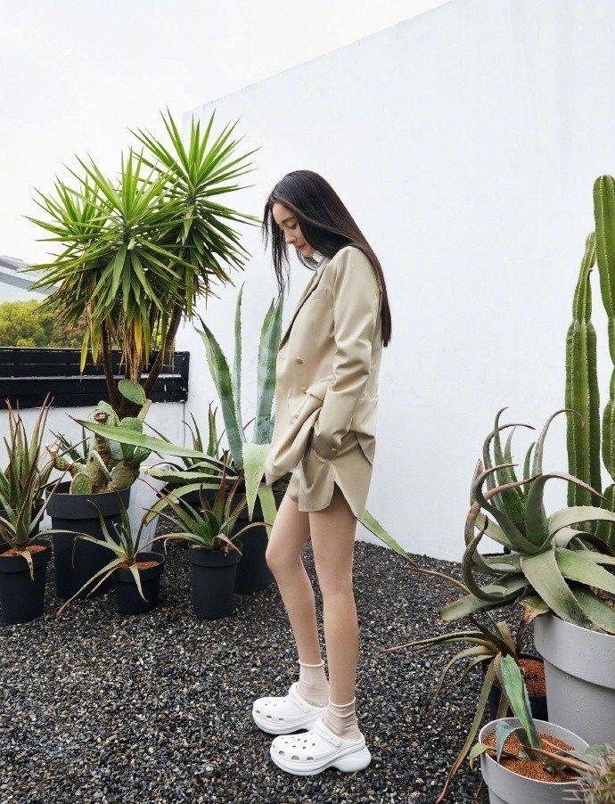 杨幂奶茶色西装少女感十足修长美腿十分吸晴写真图片