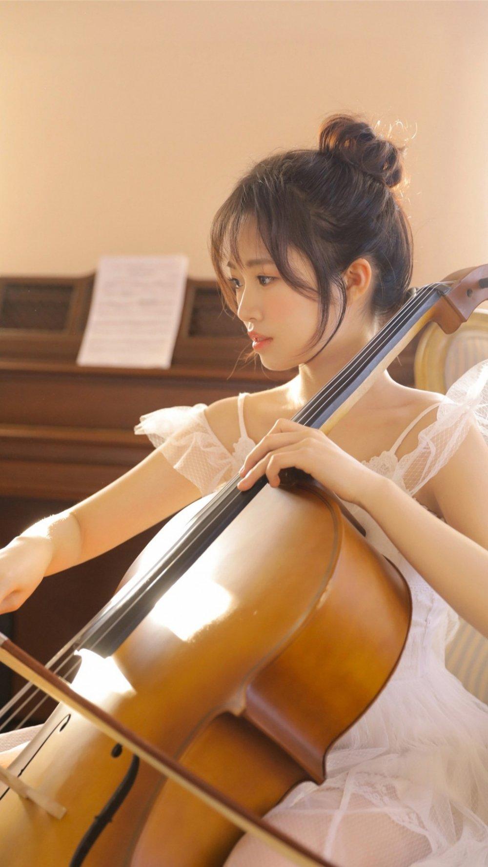 文艺美女大提琴写真图片