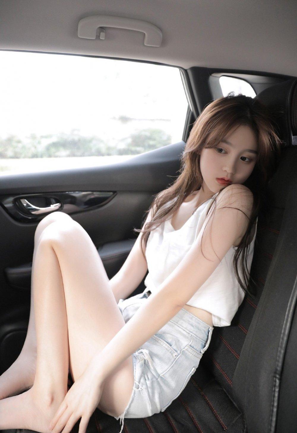 性感美女美腿车内写真图片