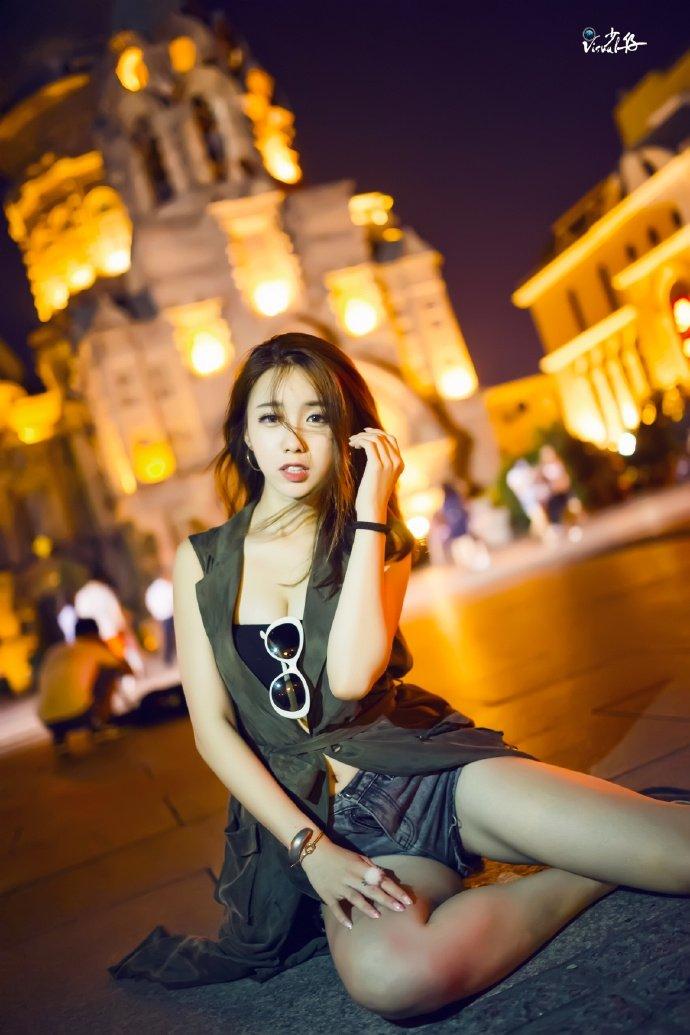 时尚性感美女夜晚诱人街拍写真