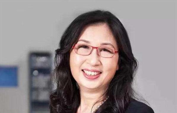 华为董事长孙亚芳\</p><p>孙亚芳的亲身经历:</p><p>Sun1982年,孙亚芳在新乡国有L原无线电厂担任技术员。</p><p>1983年,她在中国无线电通信学院任教。</p><p>1985年,孙亚芳在北京信息技术应用研究所担任工程师。</p><p>1992年,孙亚芳加入华为技术有限公司,先后担任营销工程师,武汉办事处主任,采购部主任,培训中心主任,人力资源委员会主任,营销总监总裁以及变革管理委员会主任。战略与客户委员会主任,华为大学校长等。</p><p>1999年,孙亚芳担任华为技术有限公司董事长。</p><p>2018年3月22日,,华为正式宣布了新的董事会。梁华继任孙亚芳为新任董事长。</p><p>2020年4月10日,上海华为技术有限公司进行了工商业变更。华为前总裁孙亚芳辞去公司法人代表兼董事长职务,田兴普接任。</p><p><img src=