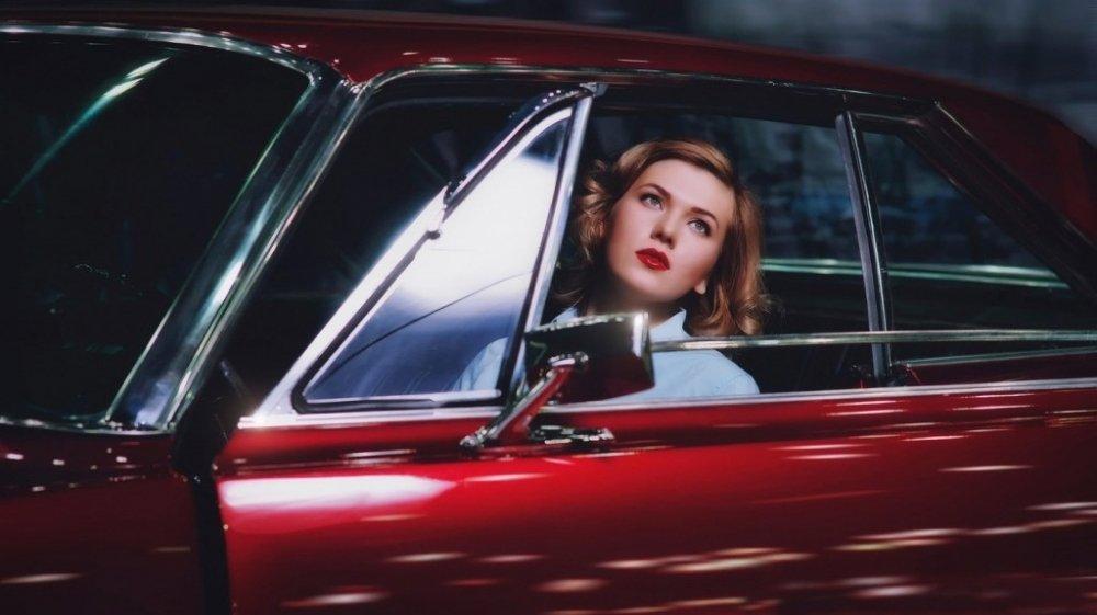 开着古董车上路的性感欧美美女图片