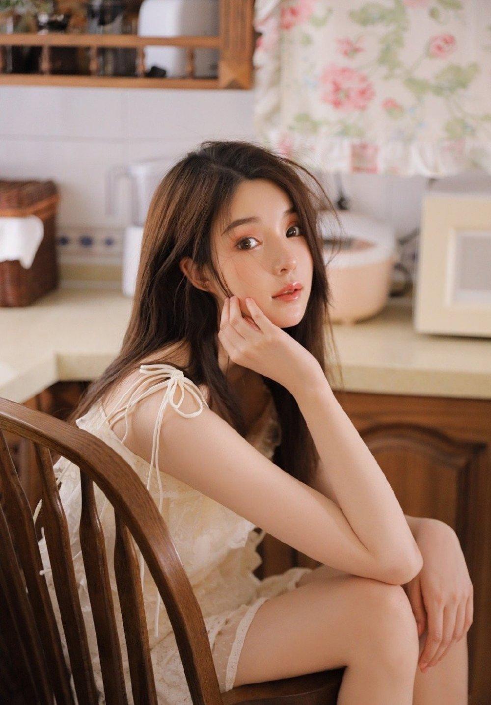 高颜值极品美女厨房吊带裙诱人写真