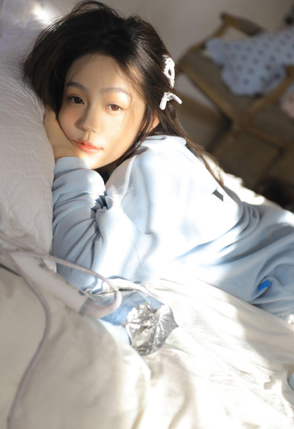 娃娃脸美女甜美可爱睡眼朦胧写真