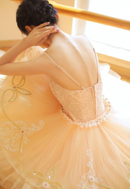 芭蕾舞美女翩翩舞裙迷人玉颈写真