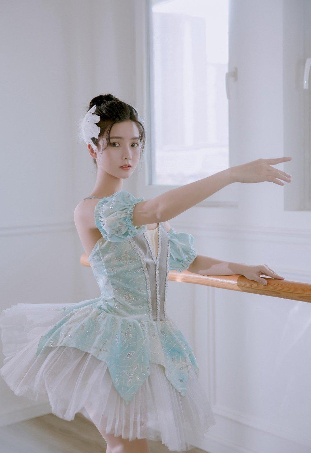 百褶舞裙芭蕾舞美女练舞室写真