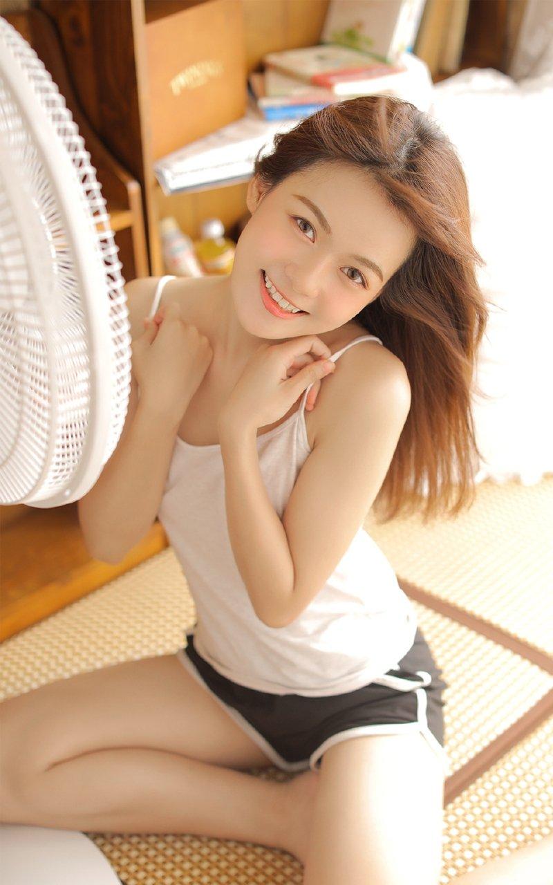 清纯吊带背心超短裤美女清凉写真