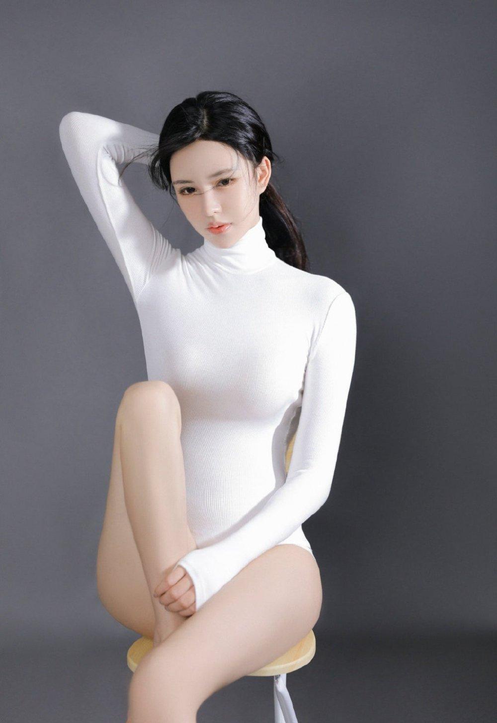 連體體操服美女妖嬈身材迷人寫真