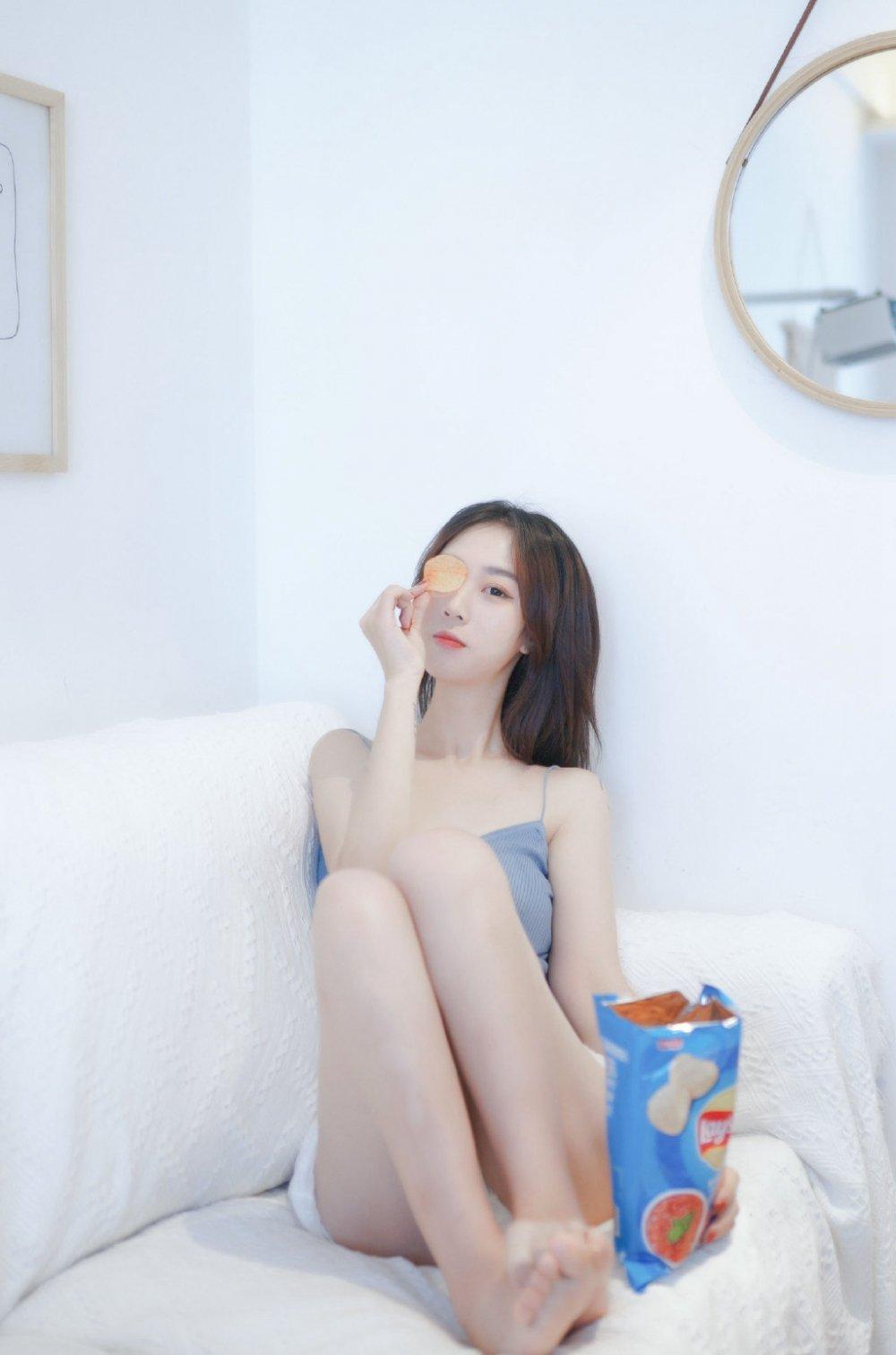 白皙性感吊带美女居家私房写真