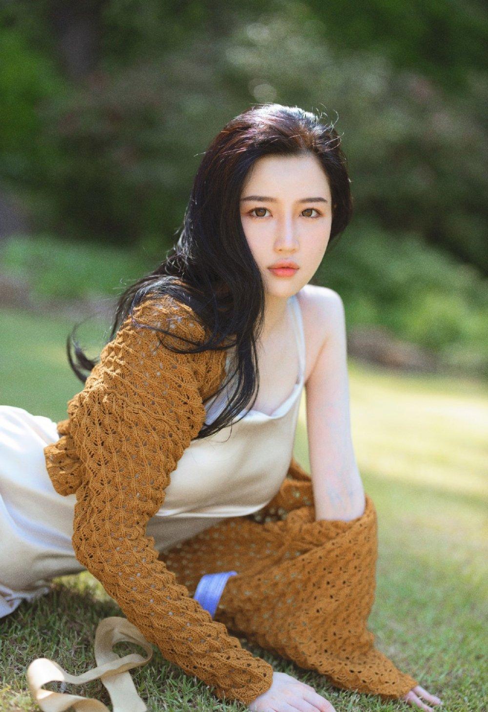 白皙动人女神吊带丝裙户外草坪写真