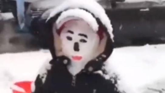 下雪天把孩子都冻成雪人了