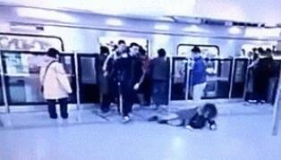 挤地铁挤出了单挑