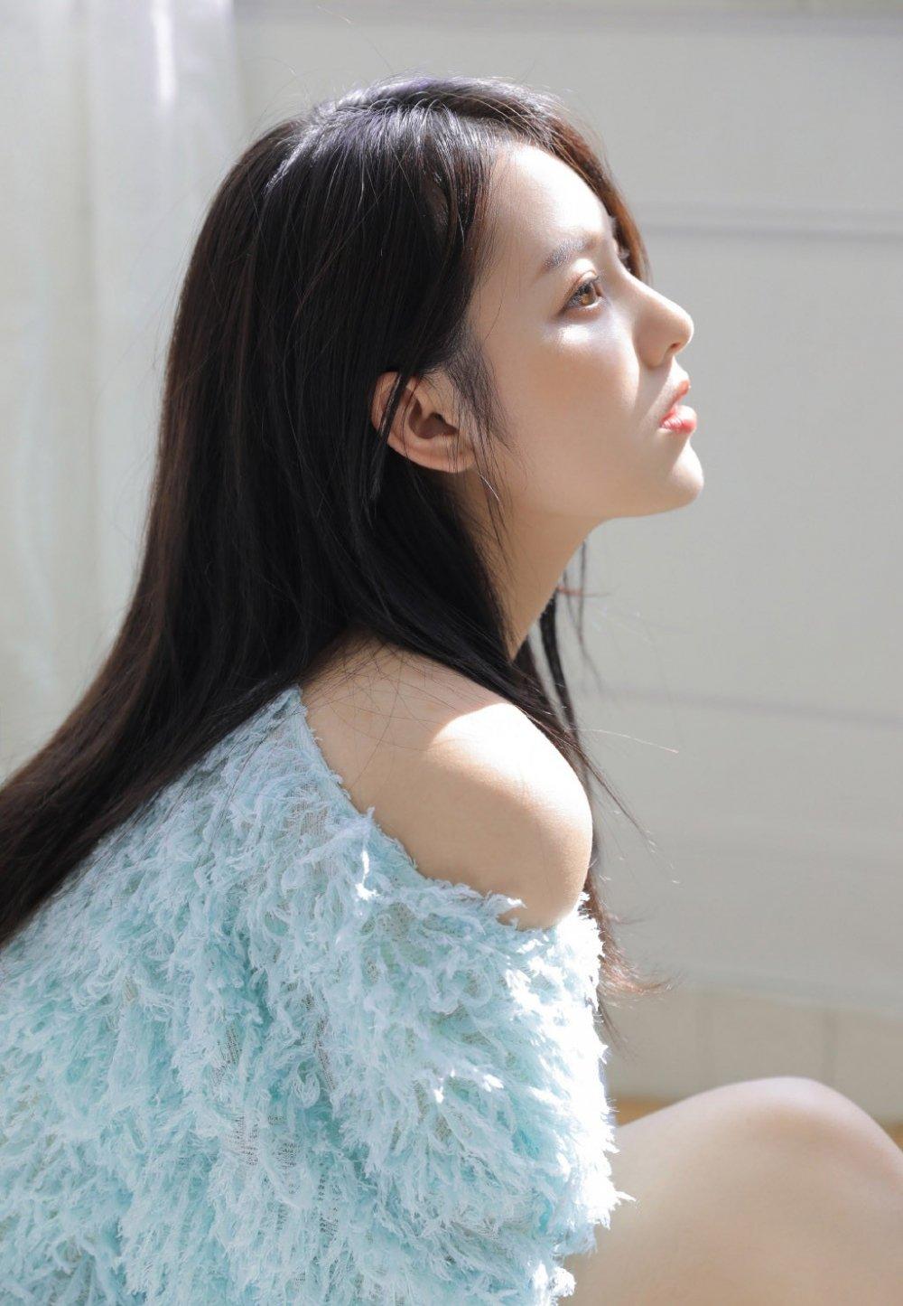 牛奶肌白皙美女修长美腿诱人写真
