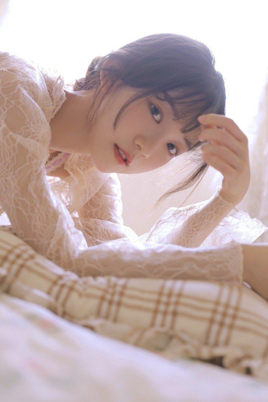 蕾丝睡袍女孩妩媚撩人床上私房照