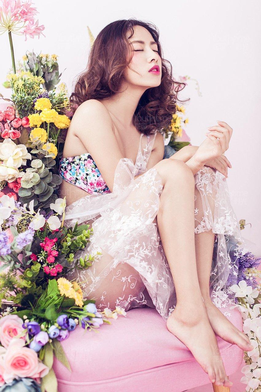 性感狂放花间女子艺术摄影写真