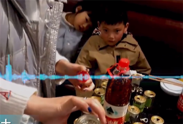 熊孩子火锅店连开59瓶香油 网友出招:让母亲从零钱里扣