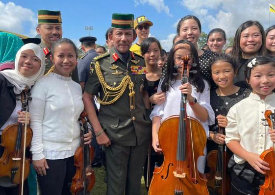 吴尊女儿在文莱国王面前演奏大提琴,被网友质疑,逼得太紧?