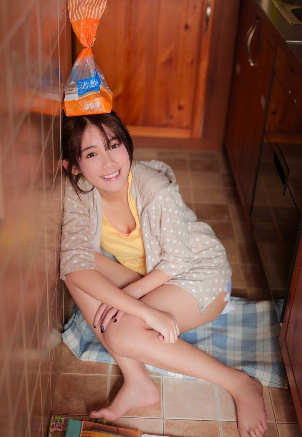 俏皮美少女厨艺居家写真