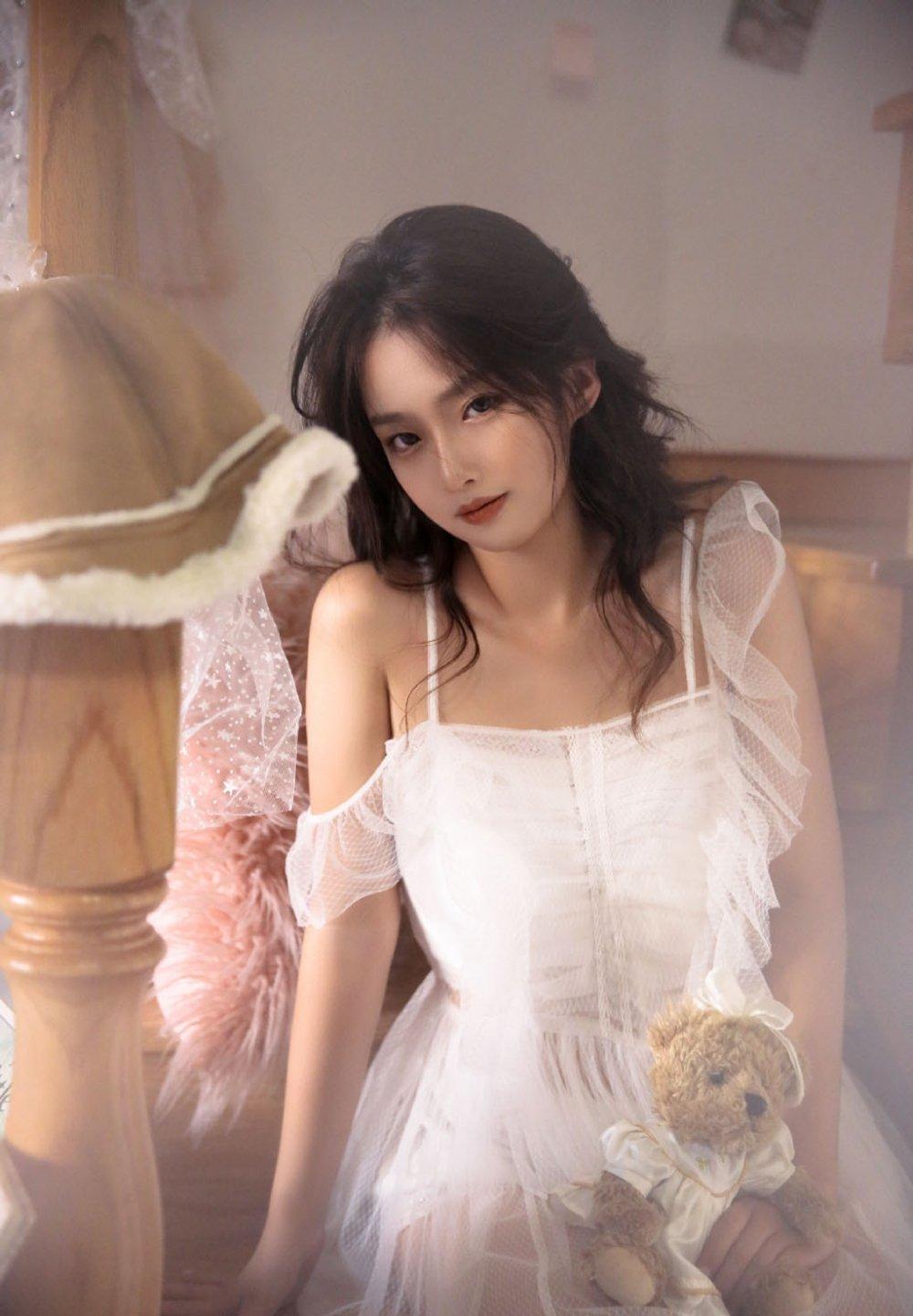 天鹅绒白纱裙梦幻性感美女艺术写真