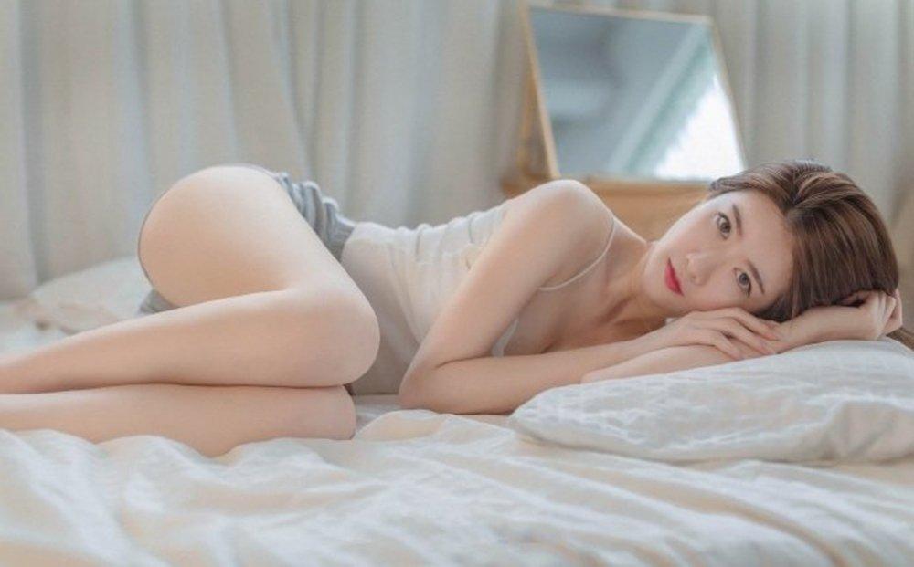 牛奶肌白嫩性感身材诱人美女私房写真