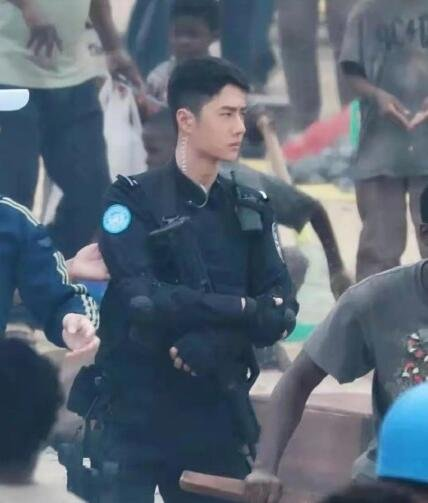 王一博警服路透太帅了,王一博新电影《维和防暴队》正在拍摄?