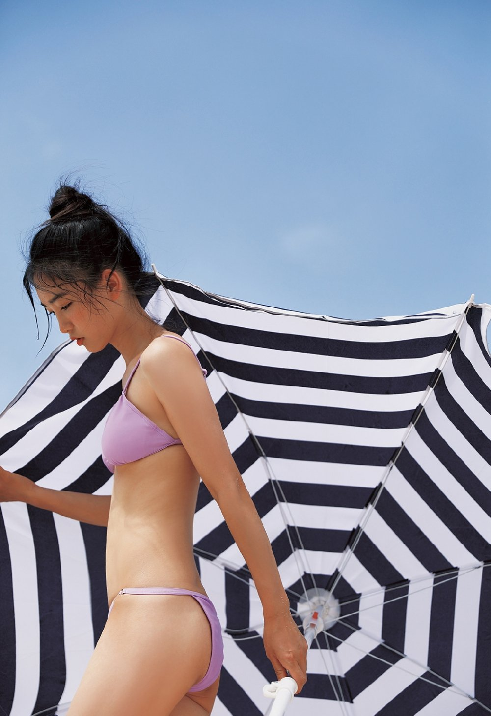 沙滩美女比基尼泛红小脸蛋丰满诱人图集