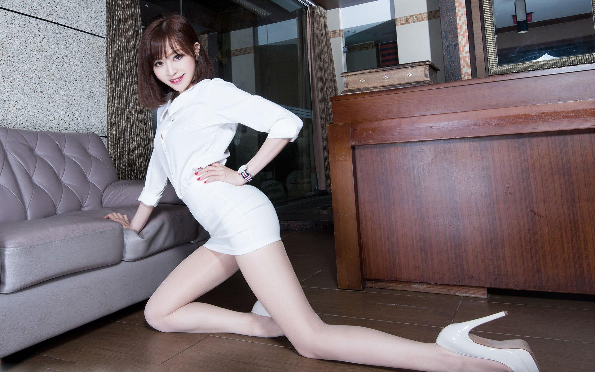 短发性感模特白色套裙诱惑美腿