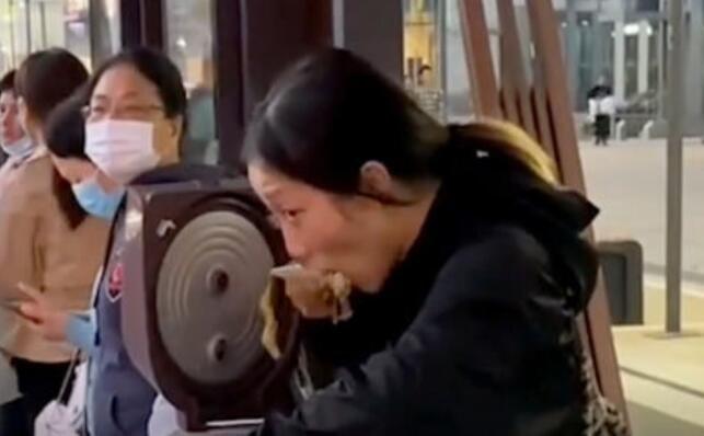 追公交的妹妹直接带着锅可还行
