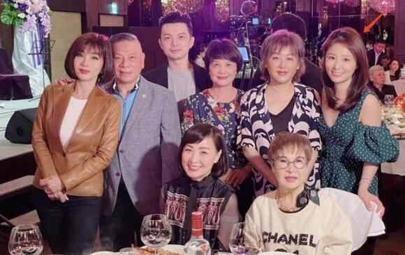 林心如妈妈庆祝70岁大寿现场曝光霍建华夫妇合体现身