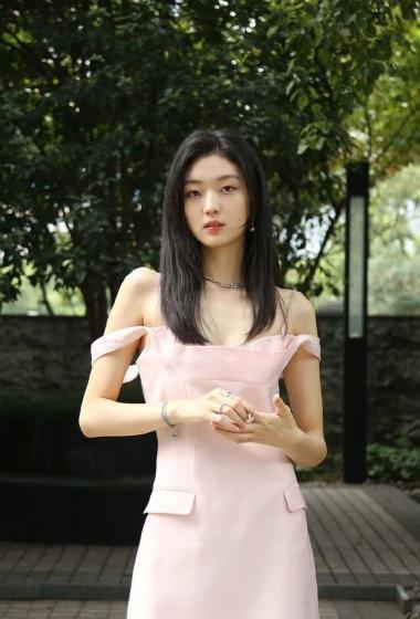 孙千粉色短裙娇俏性感写真