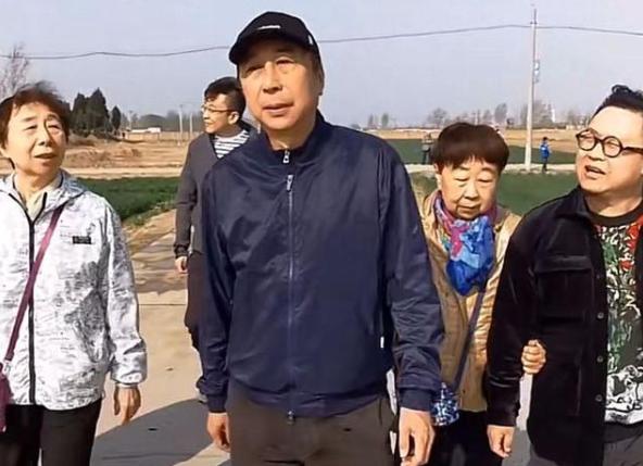 冯巩和他的姐姐太像了,简直是一个模子刻出来的,家庭背景也很强大?