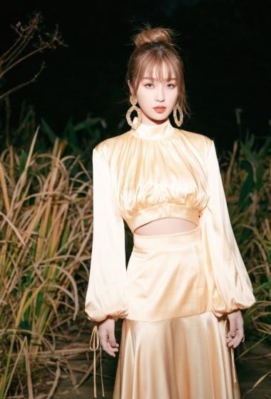 虞书欣香槟色露背长裙优雅写真图片