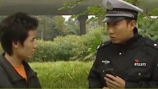 【人类搞笑行为大赏】:被交警拦住背26个英文字母,这什么操作?