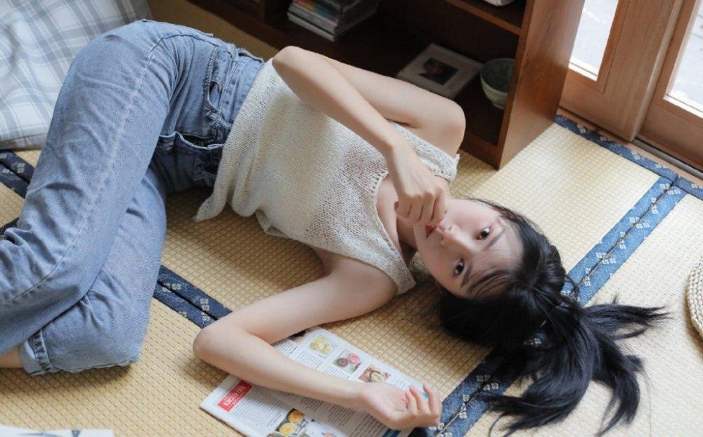 镂空蕾丝背心少女躺倒慵懒室内私拍照